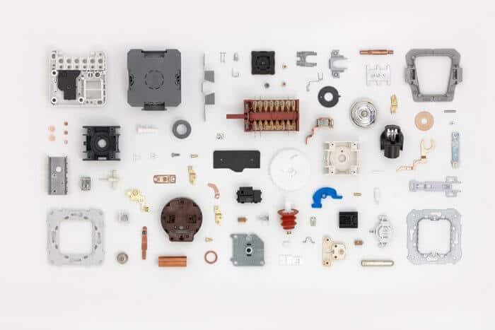 piezas de electrónica y componentes hechos con sistemas eléctricos
